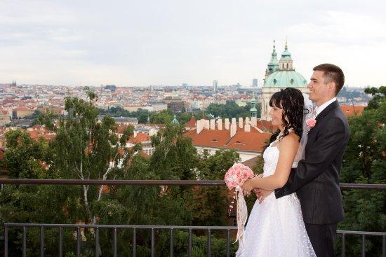 Вид на собор св. Николая со стен Пражского града