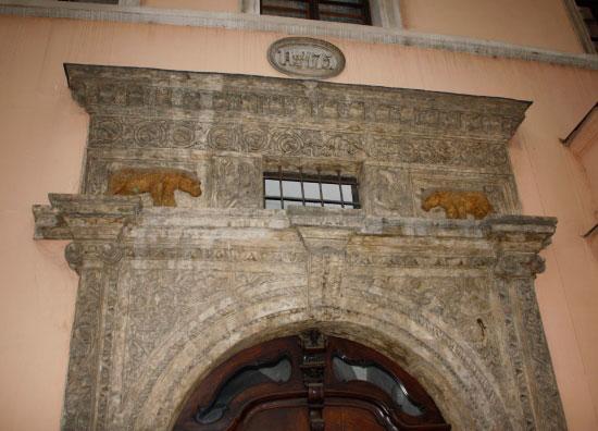 Ворота с медведями, исторический центр Праги